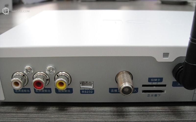 机顶盒后板的信号输入口相连,然后将音频线(一般来说是红色线)以及