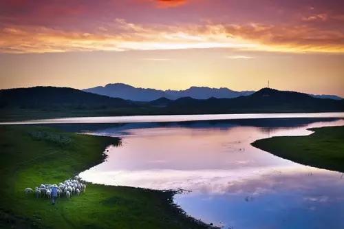 如果打算增强落日的画面效果,可以使用落日滤镜来强化温暖热烈的色调.